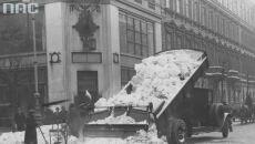 Śnieg zrzucany do studzienek, Warszawa (Narodowe Archiwum Cyfrowe, syg. 1-G-6692)