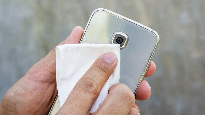 Jak poprawnie wyczyścić telefon komórkowy? Instrukcja krok po kroku