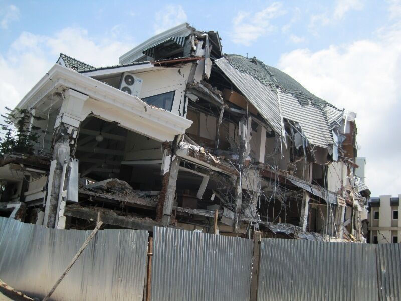 Zniszczony hotel w Padang, stolicy Sumatry Zachodniej (Netaholic13/Wikipedia)